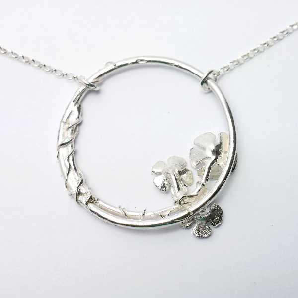 Petit collier ras du cou fleur Sakura en bronze vieilli
