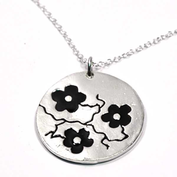 Cherry Blossom round necklace. Sterling silver and black resin.  Cherry Blossom 85,00 €