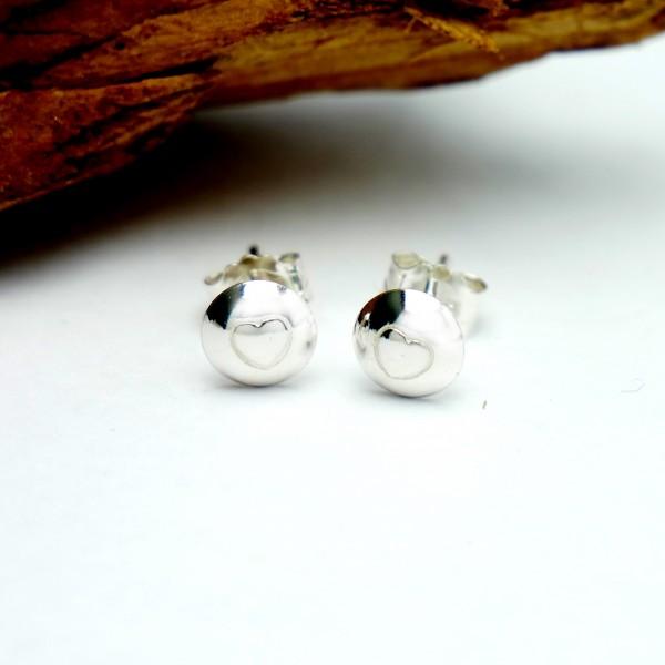 Petites boucles d'oreilles puce avec un coeur en argent 925 MIN 25,00€