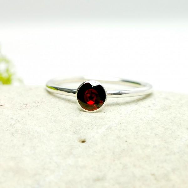 Minimalistischer kleiner Sterling Silber Ring mit Granat rotes Harz  NIJI 25,00€