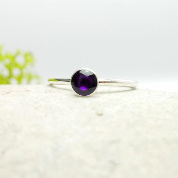 Minimalistischer kleiner Sterling Silber Ring mit dunkle violettes Harz  NIJI 25,00€