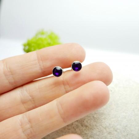 Petites boucles d'oreilles puces en argent 925 et résine violette foncé collection Niji  NIJI 25,00€