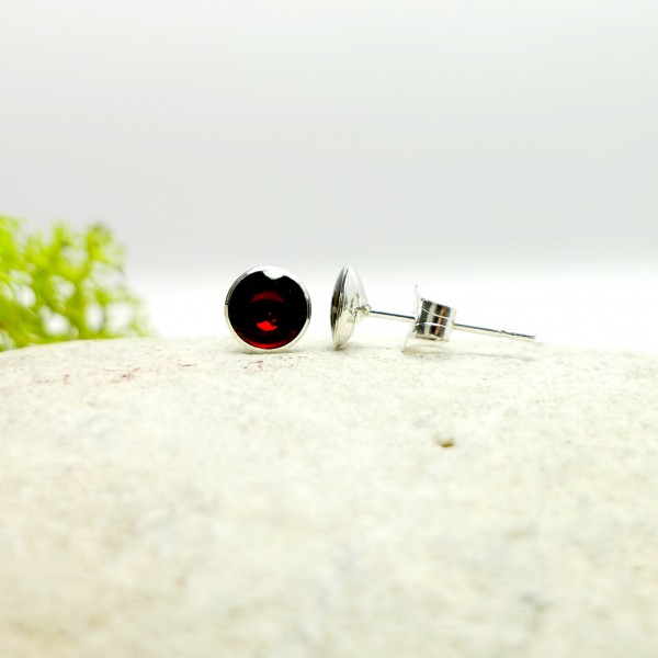 Sterling silver minimalist earrings with garnet red resin NIJI 25,00 €