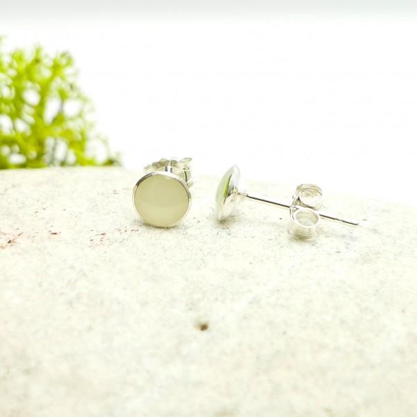 Petites boucles d'oreilles puces en argent 925 et résine Phoshorescente collection Niji  NIJI 25,00€