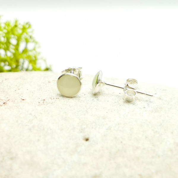 Sterling silver minimalist earrings with phosphorescent resin NIJI 25,00 €