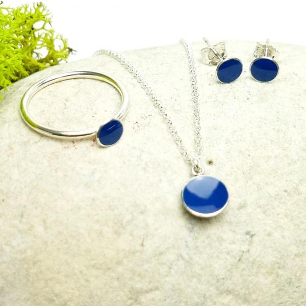 Petites boucles d'oreilles puces en argent 925 et résine bleue pervenche collection Niji  NIJI 25,00€