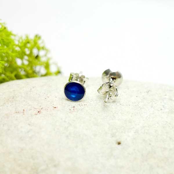 Petites boucles d'oreilles puces en argent 925 et résine bleue azure collection Niji  NIJI 25,00€