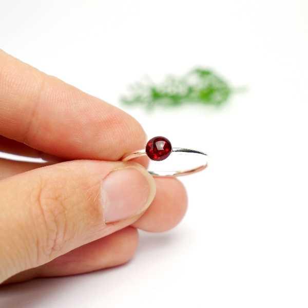Petite bague empilable rouge grenat pailleté en argent 925 collection Niji  NIJI 25,00€