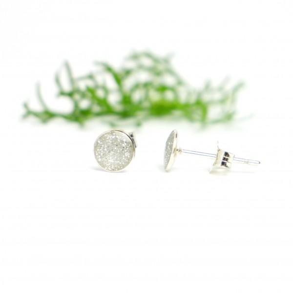 Petites boucles d'oreilles puces en argent 925 et résine argent pailleté collection Niji NIJI 25,00€