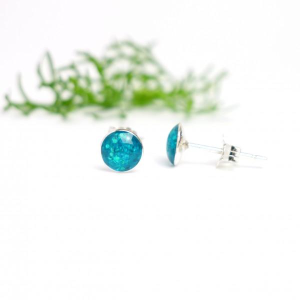 Petites boucles d'oreilles puces en argent 925 et résine bleu azur pailleté collection Niji NIJI 25,00€
