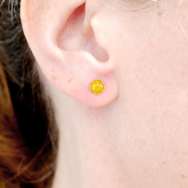 Petites boucles d'oreilles puces en argent 925 et résine jaune ambre pailleté collection Niji NIJI 25,00€