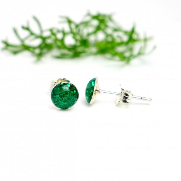 Petites boucles d'oreilles puces en argent 925 et résine vert émeraude pailleté collection Niji  NIJI 25,00€