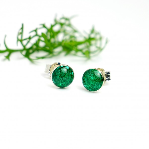 Sterling silver minimalist earrings with sequined emerald green resin NIJI 25,00€