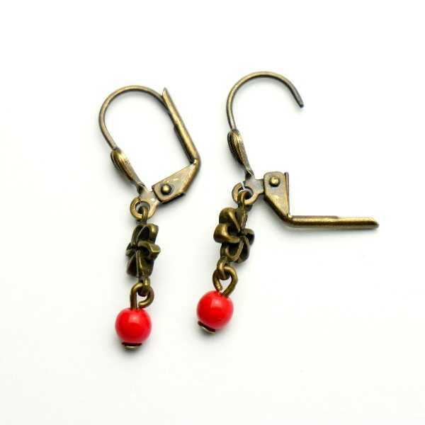 Aged bronze pendant earrings with a red glass bead Basic 15,00€