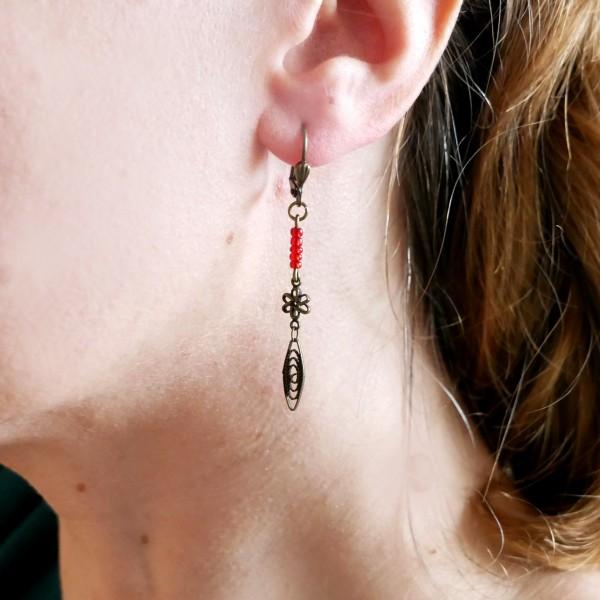 Lange Ohrringe mit rote Glassperle aus gealteter Bronze Basic 19,00€