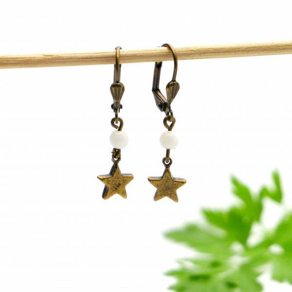 Aged bronze pendant earrings with a white glass bead Basic 15,00 €