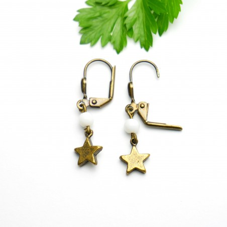 Aged bronze pendant earrings with a white glass bead Basic 15,00€