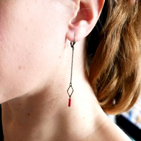Aged bronze pendant earrings with a red glass bead Basic 25,00€