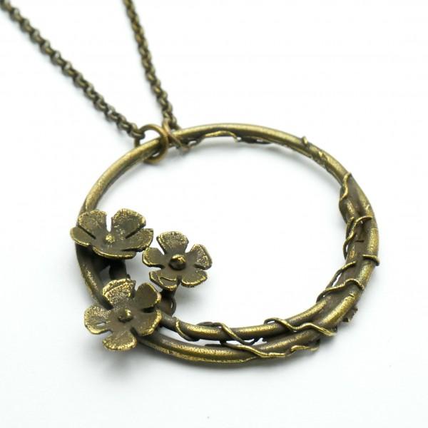 Grand collier ras du cou fleur Sakura en bronze vieilli  Sakura 57,00€