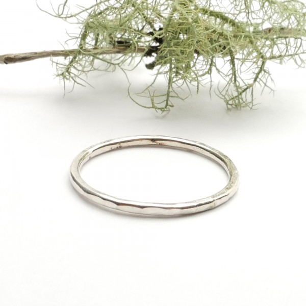 Minimalist sterling silver hammered ring Home 23,00 €