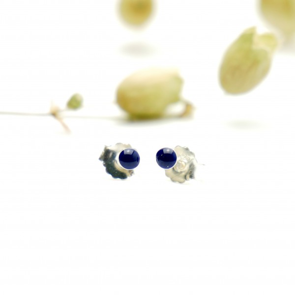 Sterling silver minimalist earrings with navy blue resin NIJI 17,00 €