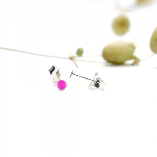 Sterling silver minimalist earrings with fuchsia pink resin NIJI 17,00 €