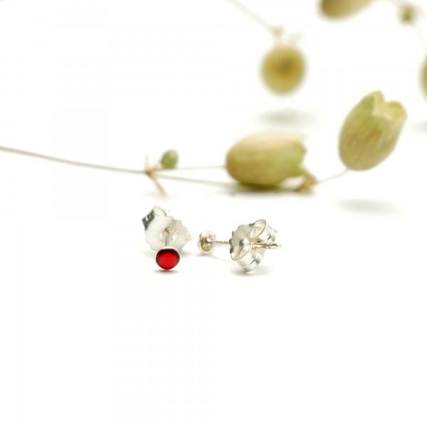 Sterling silver minimalist earrings with garnet red resin NIJI 17,00€