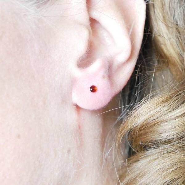 Boucles d'oreilles puces en argent massif 925/1000 et résine rouge grenat collection Niji NIJI 17,00€