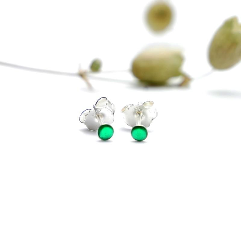 Sterling silver minimalist earrings with Emerald green resin NIJI 17,00€