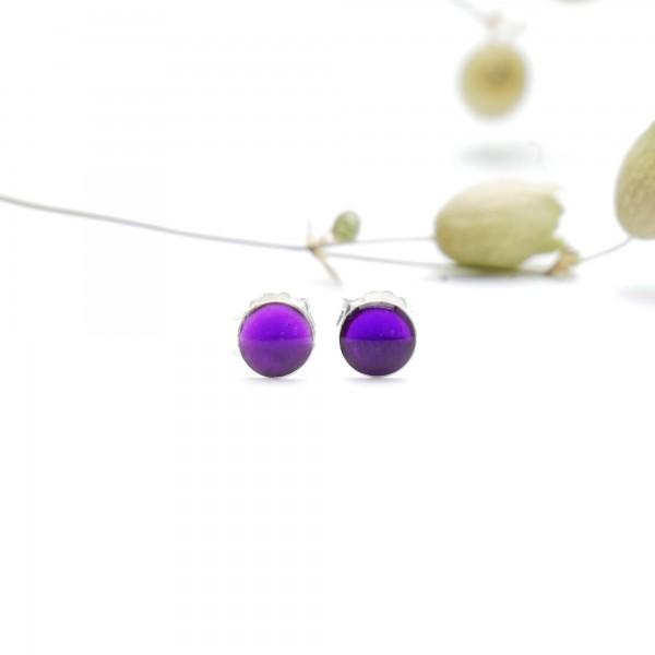 Minimalistische kleine Sterling Silber Ohrringe mit durchscheinendes lila Harz NIJI 25,00€