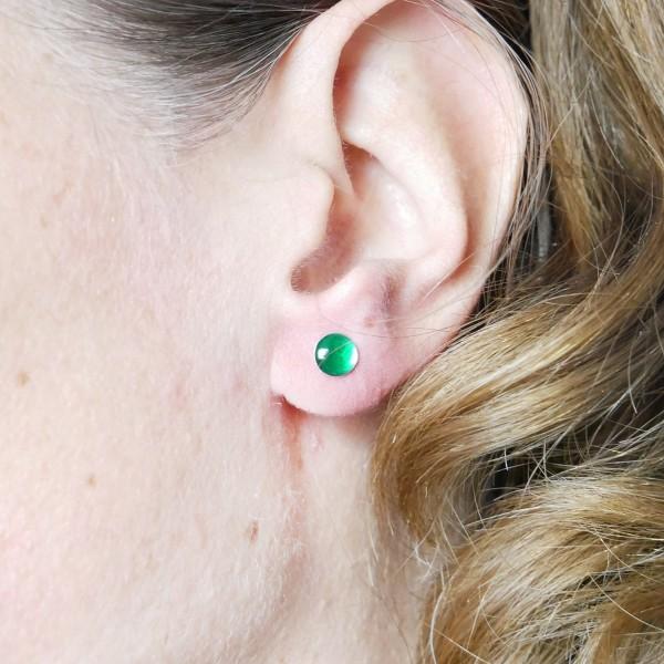 Boucles d'oreilles puces en argent massif 925/1000 et résine vert émeraude collection Niji NIJI 25,00€