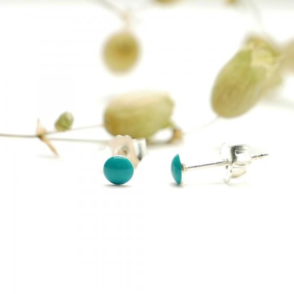 Petites boucles d'oreilles puces en argent 925 et résine argent pailleté collection Niji