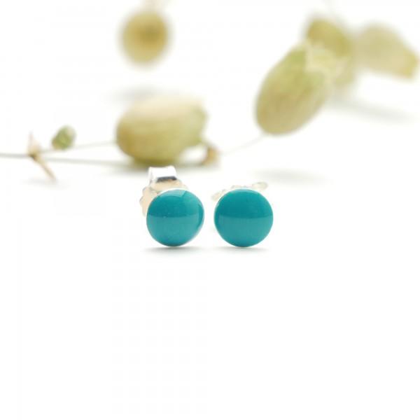Petites boucles d'oreilles puces en argent 925 et résine bleu azur pailleté collection Niji