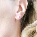 Petites boucles d'oreilles puces en argent 925 et résine jaune ambre pailleté collection Niji NIJI