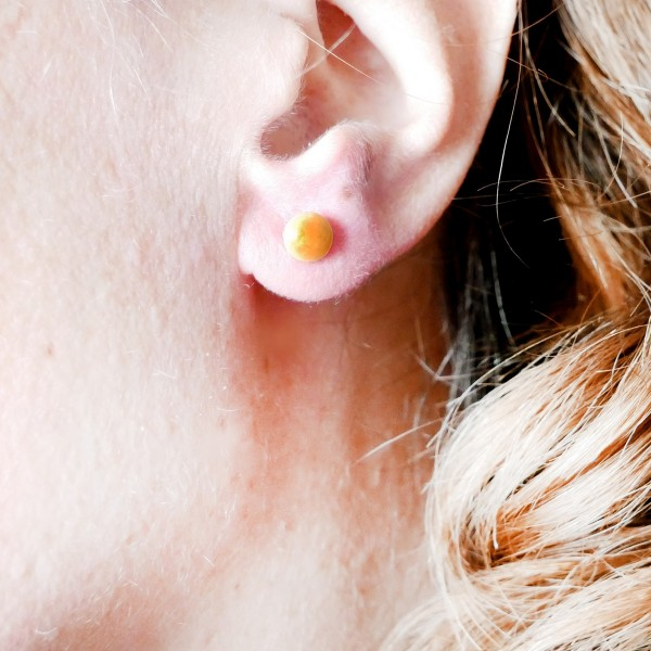 Sterling silver minimalist earrings with pearly golden yellow resin NIJI 25,00 €