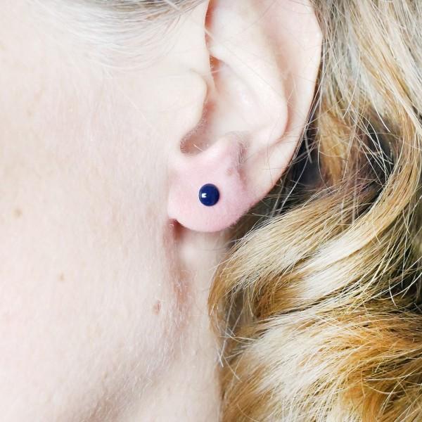 Boucles d'oreilles puces en argent massif 925/1000 et résine bleu marine collection Niji NIJI 25,00€