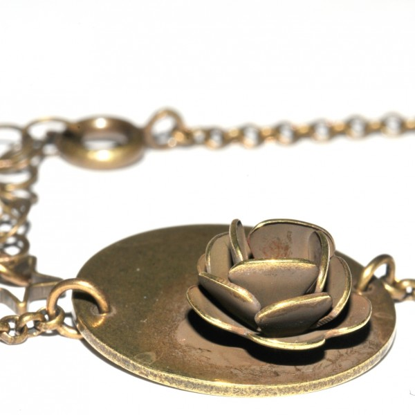 Small round Rose ajustable necklace. Aged Bronze. Rose